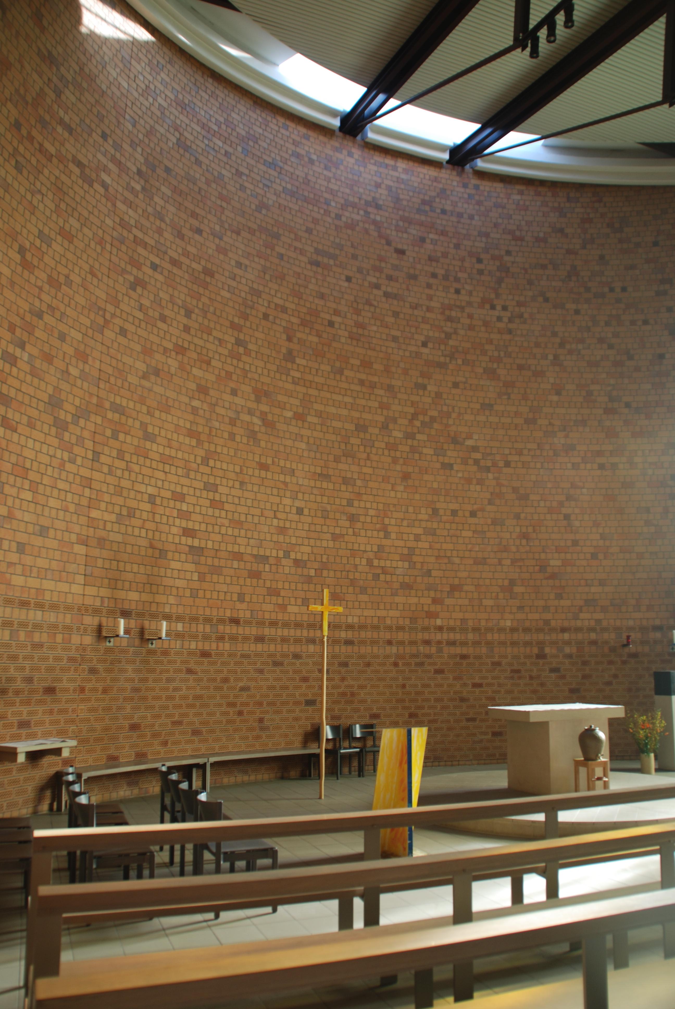 Edith-Stein-Kirche, Altarraum
