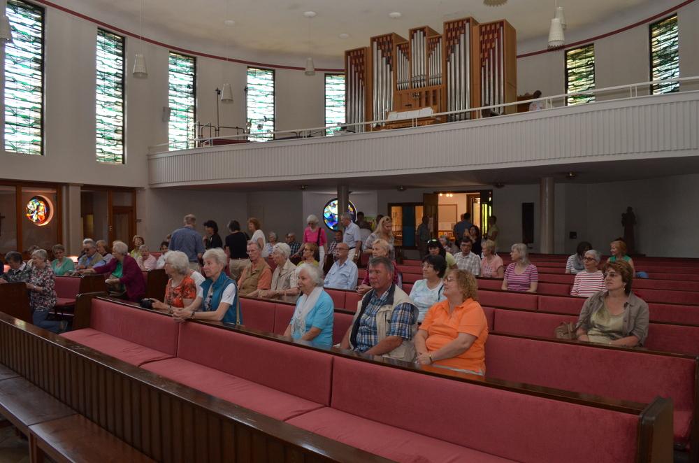 Herz Jesu Reinbek Innenraum mit Orgelempore