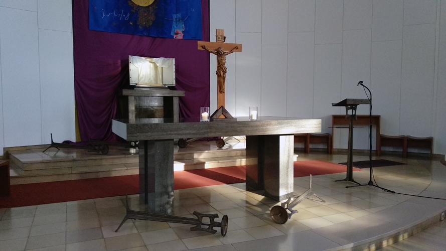 Altar der Herz-Jesu-Kirche, Tabernakel geöffnet, Kerzenständer auf dem Boden liegend